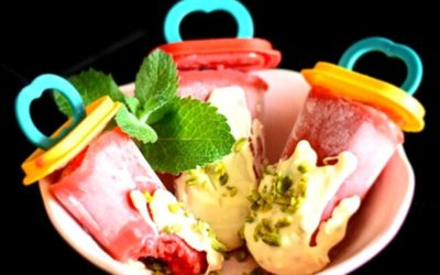 Erdbeer-Minz-Eis mit Schoko-Nuss-Topping